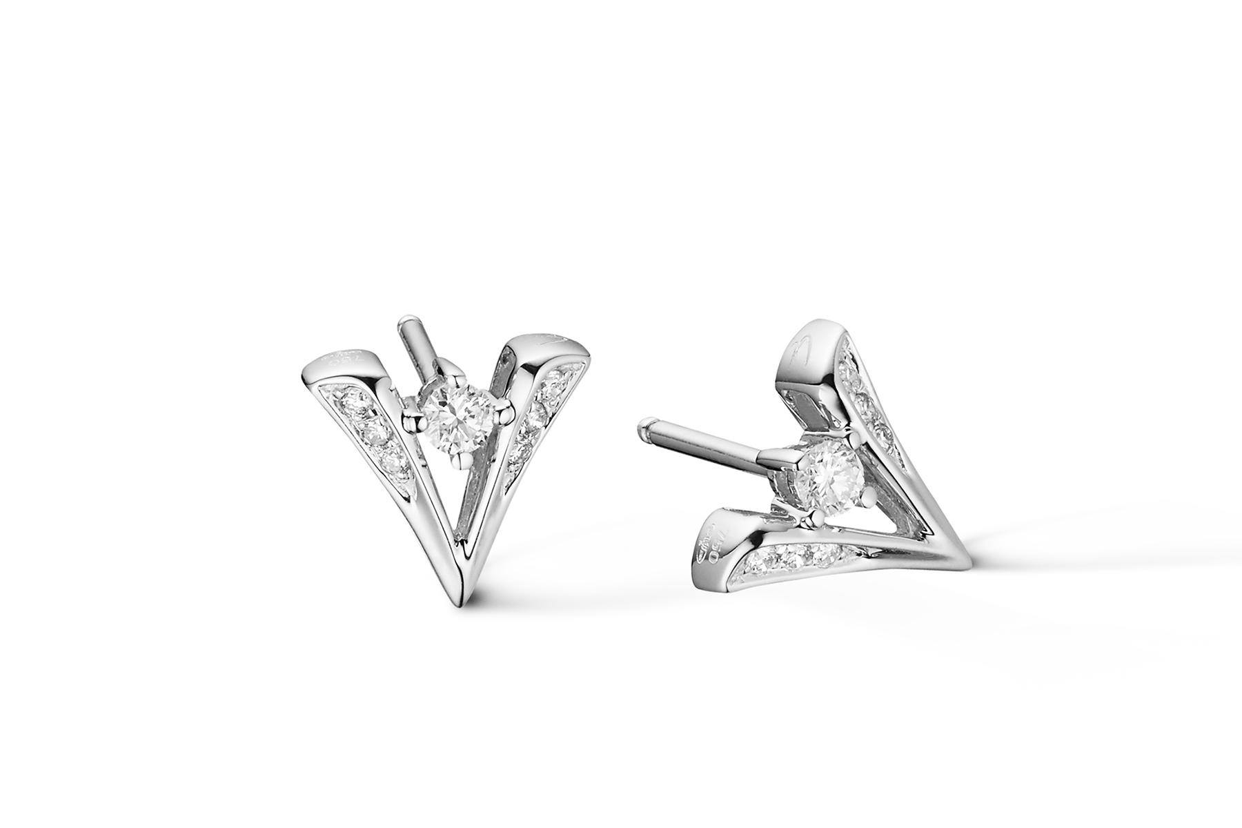 Packshot boucles d'oreilles puces en or blanc, diamants