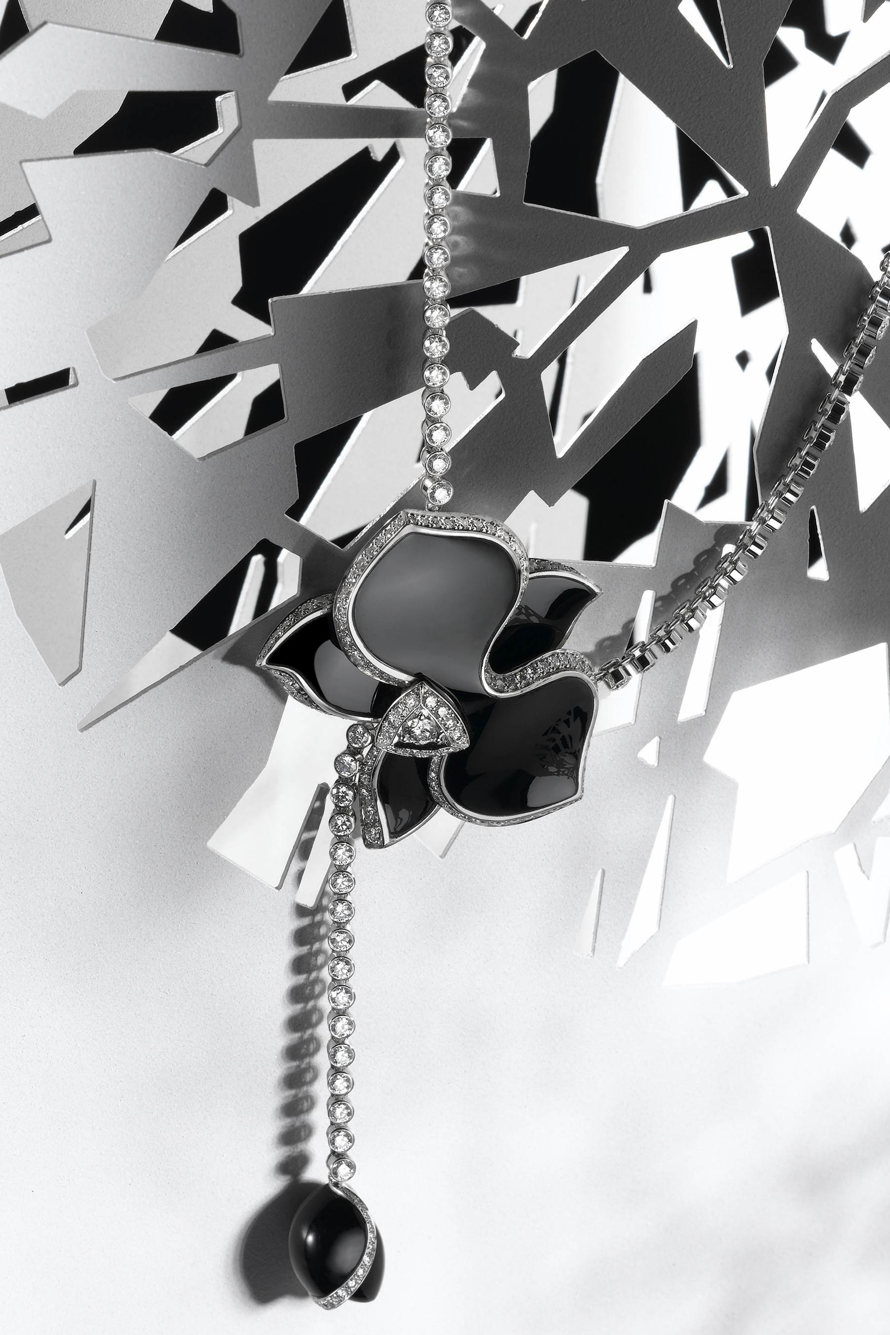 Photographe d'ambiance nature morte - Haute Joaillerie collier Cartier - Digital Chic - © Crédit Photo Katel Riou pour Cartier - Tous droits réservés